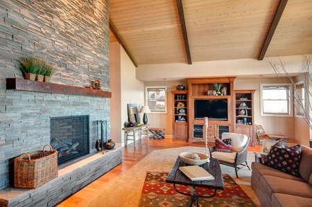 Mooie woonkamer met hardhouten vloeren en een prachtig uitzicht Stockfoto