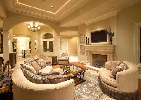 Schöne Wohnzimmer Interior in Luxus-Haus mit Kamin und TV Standard-Bild - 50557214