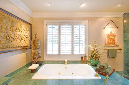 master badkamer in nieuw gebouwde luxe huis Stockfoto
