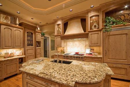 Neu gebaute Haus mit schönem eingerichtete Küche Standard-Bild - 50557253