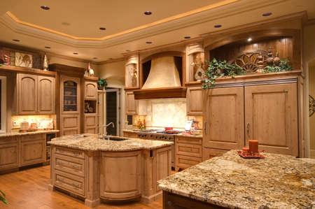 Nieuw gebouwd huis met een prachtig ingerichte keuken Stockfoto
