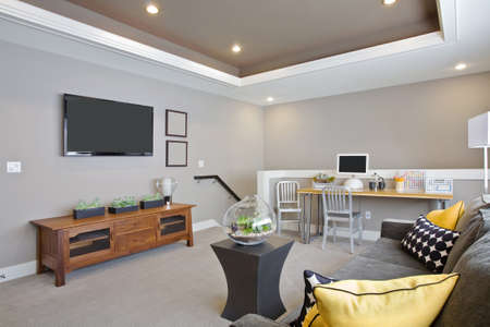 Sala de estar hermosa Interior con la televisión en Nueva Casa de lujo Foto de archivo