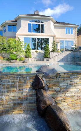 single dwelling: New Home with Backyard Infinity Pool Stock Photo