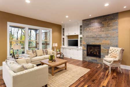 Piękny salon wnętrze z drewnianą podłogą i kominkiem w nowym luksusowym domu