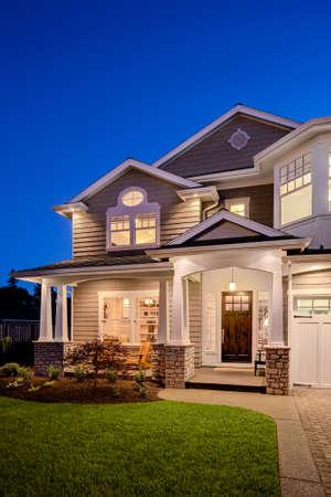 case moderne: New Luxury Esterno casa di notte, orientamento verticale