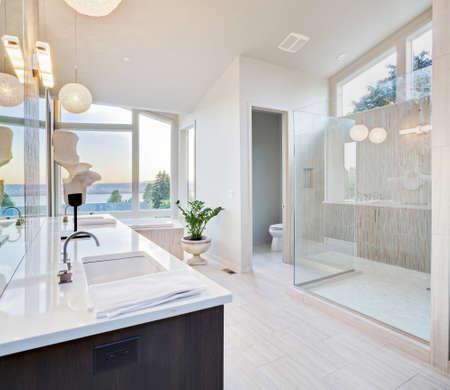 piastrelle bagno: bagno padronale in casa di lusso di nuova costruzione