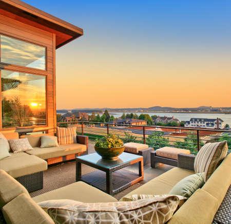 patio van een nieuw gebouwde luxe huis met een prachtig uitzicht op de zonsondergang Stockfoto
