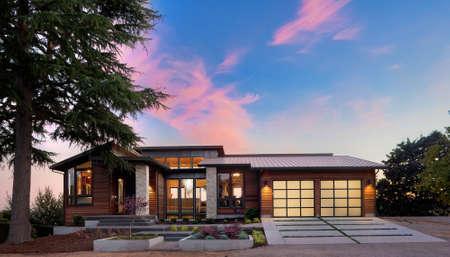 construccion: Inicio Exterior de casa de lujo en la puesta del sol con el cielo colorido Foto de archivo