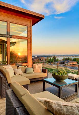 Haus exter Terrasse mit schöner Aussicht auf den Sonnenuntergang, vertikale Ausrichtung Standard-Bild - 53600917