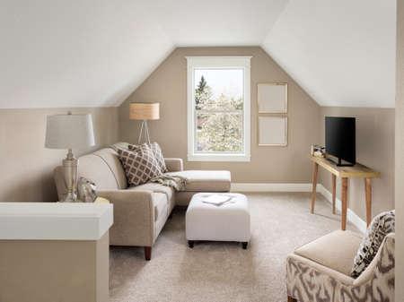 Mooie kleine woonkamer interieur en loft in nieuw huis