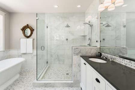 bañarse: Bañera y ducha en casa de lujo Foto de archivo