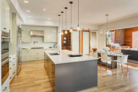 美しいキッチン、ダイニング ルーム、新しい高級住宅の屋外パティオ