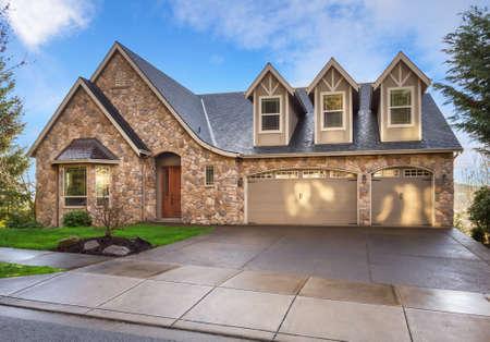 hermosa: Hermoso, recién construido de lujo exterior de la casa