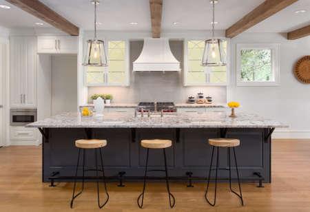 Verbazingwekkende Keuken in Nieuw Luxe Huis Met Glazen Gevormde Kasten, Eiland En Hardhouten Vloeren. Lichten zijn uit