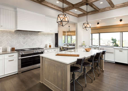 Kitchen Interior with Island, Sink, Cabinets, and Hardwood Floors in New Luxury Home Standard-Bild