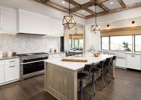 Keuken Interieur met Eiland, Zink, Cabines en Hardhouten vloeren in Nieuw Luxe Huis