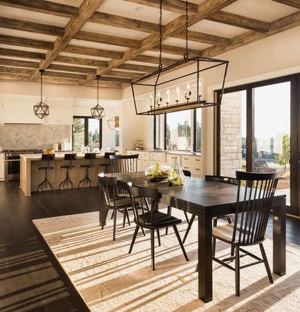 ダイニング ルーム、オープン コンセプトのフロアプランと新しい高級住宅の台所。機能エレガントなペンダント照明器具