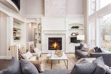 Mooie woonkamer interieur met hardhouten vloeren en een open haard in de nieuwe luxe huis Stockfoto
