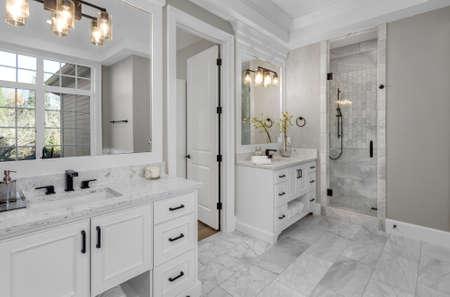 Piękna łazienka w nowym luksusowym domu z dwiema umywalkami, umywalkami i lustrami. Zdjęcie Seryjne