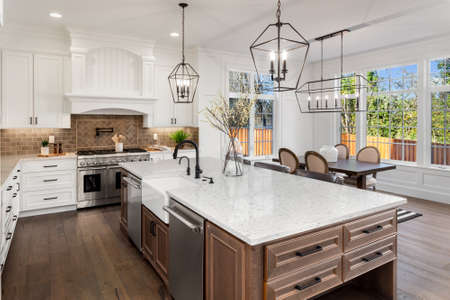 Mooie keuken in een nieuw luxe huis in traditionele stijl, met kwartstellers, hardhouten vloeren en roestvrijstalen apparaten