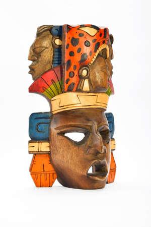 cultura maya: M�scara india maya azteca de madera pintada con jaguar rugiente y perfiles humanos aislados en fondo blanco