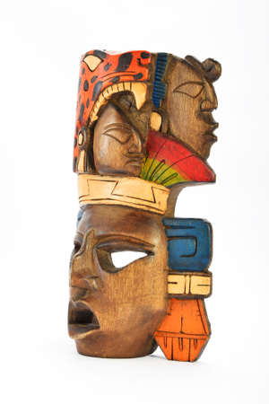 cultura maya: Máscara india maya azteca de madera pintada con jaguar rugiente y perfiles humanos aislados en fondo blanco