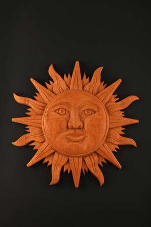 cultura maya: Mexicano cultura maya madera s�mbolo placa tradicional sol tallado aislado en negro