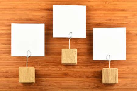 jerarqu�a: Jerarqu�a - Tres notas de papel blanco con fondo de madera titulares de madera aislado de bamb� para la presentaci�n