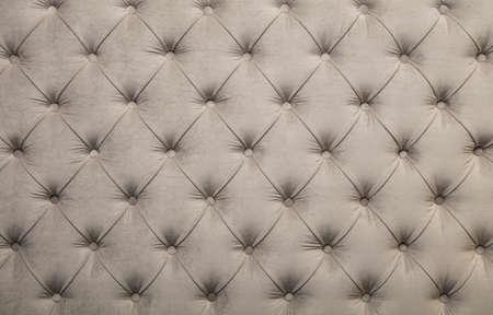 白ベージュのベルベット capitone 繊維の背景、レトロなチェスター フィールド スタイルのボタンと市松模様の柔らかい房状生地家具ダイヤモンド パ