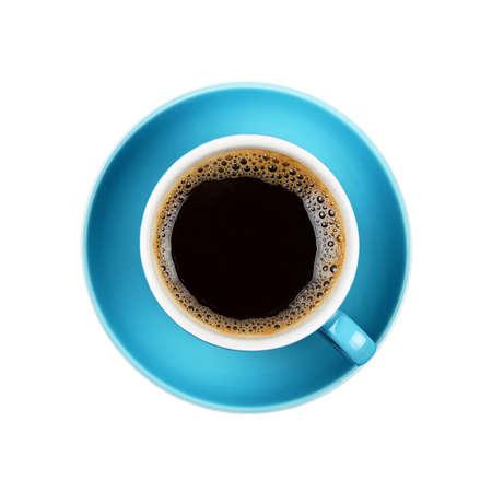 黒アメリカーノや青いソーサーにインスタント コーヒーの完全なコップ ホワイト バック グラウンド上に分離されて、クローズ アップ、上昇トップ