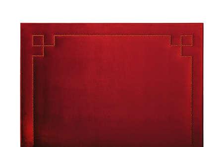 白い背景に隔離された赤い柔らかいベルベットのベッドのヘッドボード、正面図