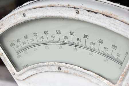 Old white antique vintage gauge weight scales close up, high angle view Archivio Fotografico - 107140517