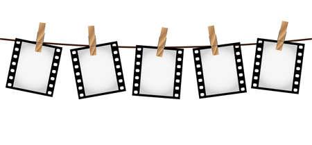 Illustration vectorielle de cinq diapositives de film photo vierge vide 35 mm suspendues à une corde avec des pinces à linge en bois sur fond blanc