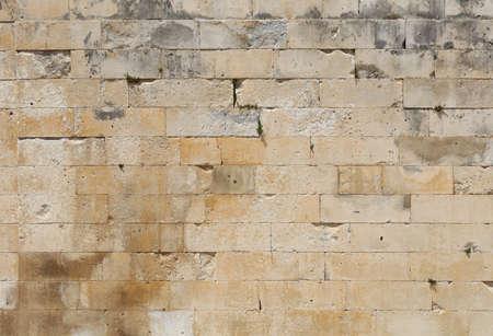 Wand aus weißen und grauen Adarce Travertin Steinblöcken, Nahaufnahme Hintergrundtextur, Seitenansicht
