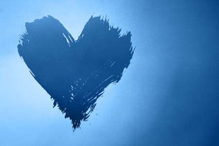 Abstract colorful background with brushstroke painted grunge blue heart over gradient noise grain texture with copy space Banque d'images