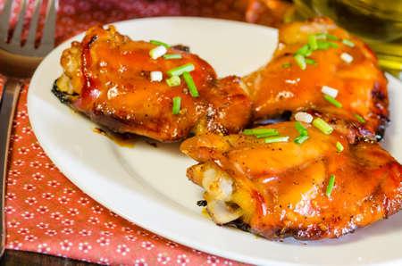 muslos: Soja de la miel muslos de pollo EN EL VECTOR DE MADERA ASADO Foto de archivo