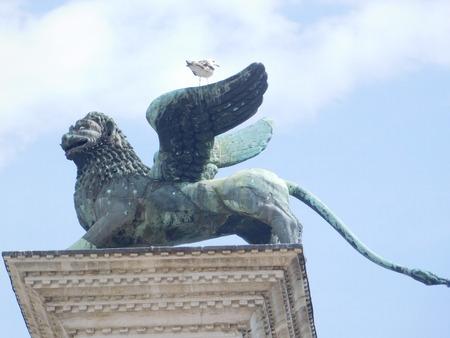 winged lion: León estatua en Venecia, Italia Foto de archivo