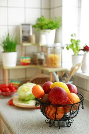 potherb: Cocina interior con un peque�o bote con la plataforma de hierba de cocina y pone en pr�ctica  Foto de archivo