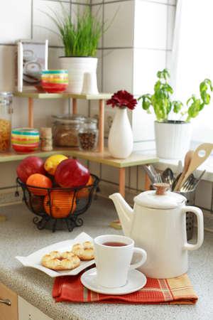 potherb: Cocina interior con t� y tortas  Foto de archivo
