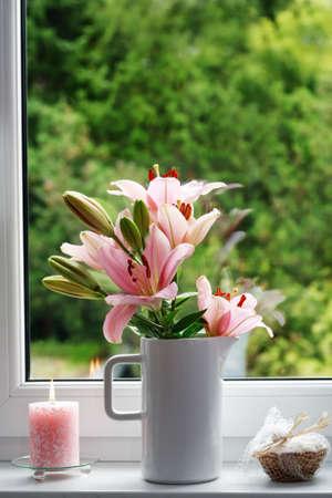 花および蝋燭が付いている美しいウィンドウ装飾 写真素材