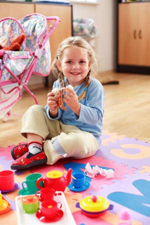 ni�as jugando: Cute ni�a jugando con juguetes