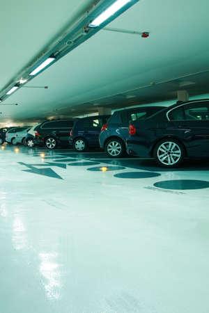 voiture parking: Parking dans le garage en cyan ton  �ditoriale