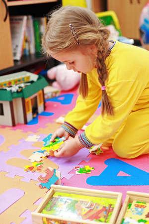 Lindo niño jugando con rompecabezas Foto de archivo - 3665737