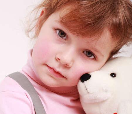 petite fille triste: Portrait de petite fille triste avec nounours Banque d'images