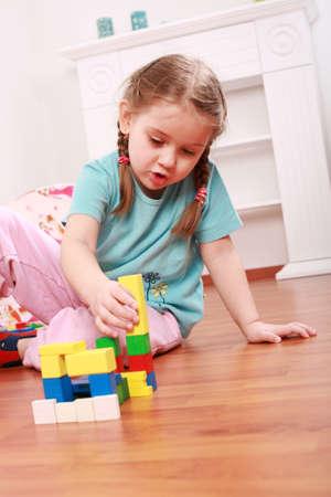juguetes de madera: Adorable ni�a jugando con bloques