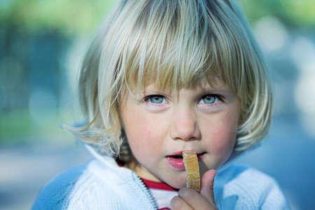comiendo pan: Retrato de ni�a de comer pan en tono azul Foto de archivo