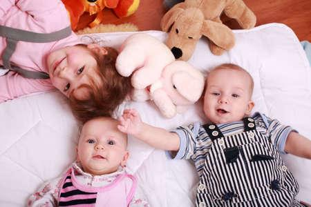 angeles bebe: Cute hermanos mentir con juguetes Foto de archivo