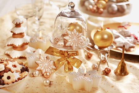 Table setting with small gingerbread gifts for guests for Christmas dinner photo