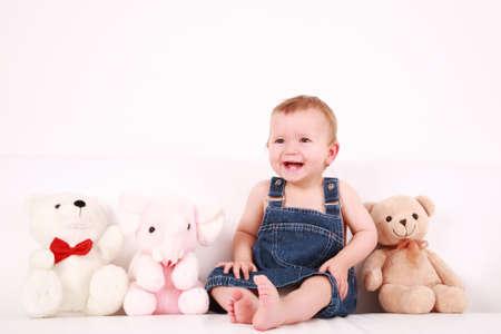 Portrait de cute bébé riant avec peluches