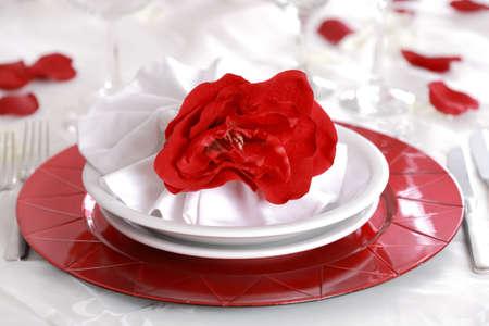 manteles: Coloque la configuraci�n en rojo y blanco - para San Valent�n u otro evento  Foto de archivo